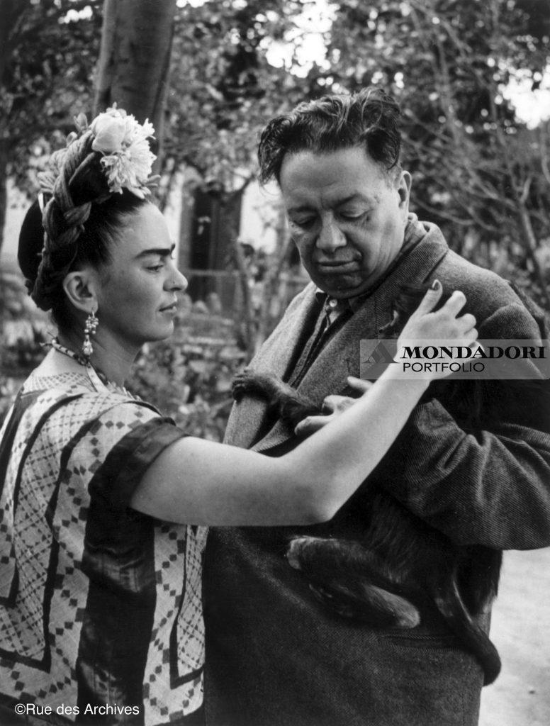 La pittrice messicana insieme a suo marito, il pittore Diego Rivera (1886-1957) nel 1948