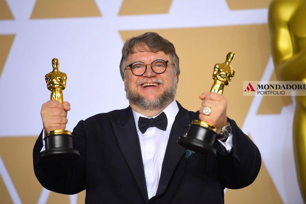 """Il regista Guillermo del Toro, vincitore del premio alla migliore regia e autore del film """"la forma dell'acqua"""", che ha vinto il maggior numero di statuette, aggiudicandosene 4."""