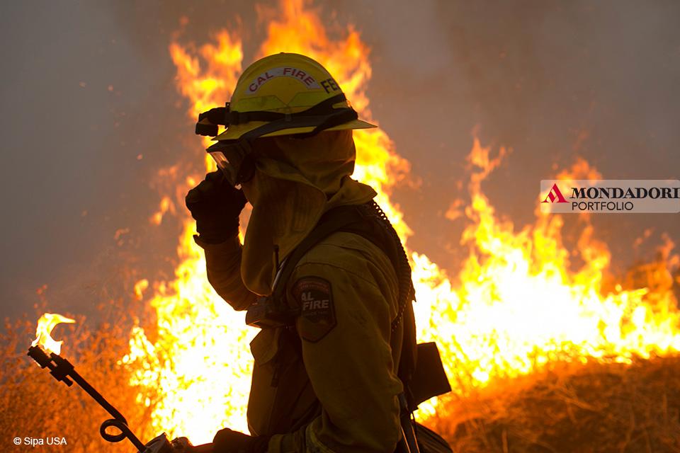 Camp Fire: I vigili del fuoco cercano di contenere l'incendio nella contea di Butte, California