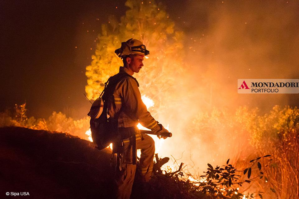 Camp Fire: Il vigile del fuoco Justin Voss sorveglia il fuoco nel tentativo di contenerlo.
