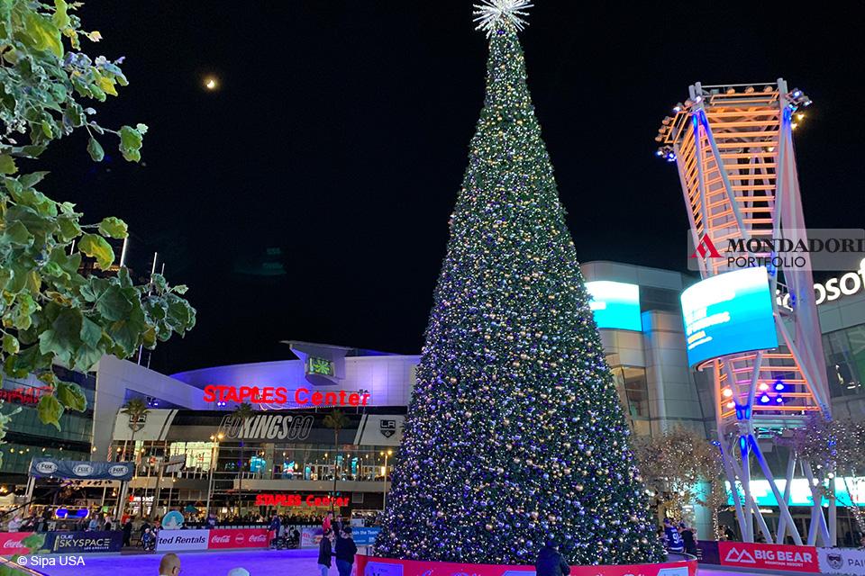 Quando fare l'albero? A Los Angeles l'albero di Natale si trova all'esterno dello Staples Center, dentro la pista di pattinaggio.