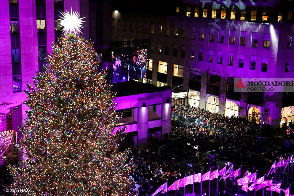 Quando fare l'albero? A New York il Natale non è Natale senza l'albero al Rockefeller Center. Quest'anno la cerimonia di illuminazione si è tenuta il 28 novembre.
