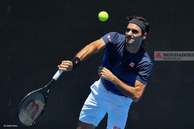 Il campione in carica Roger Federer si allena nella Melbourne Arena in vista degli Australian Open 2019.