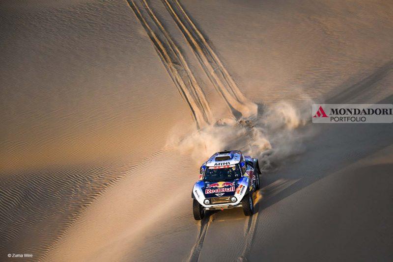 Pisco, Perù - Carlos Sainz e Lucas Cruz tra le dune durante la terza tappa del Rally Dakar, tra San Juan de Marcona e Arequipa, in Perù, il 9 gennaio 2019.