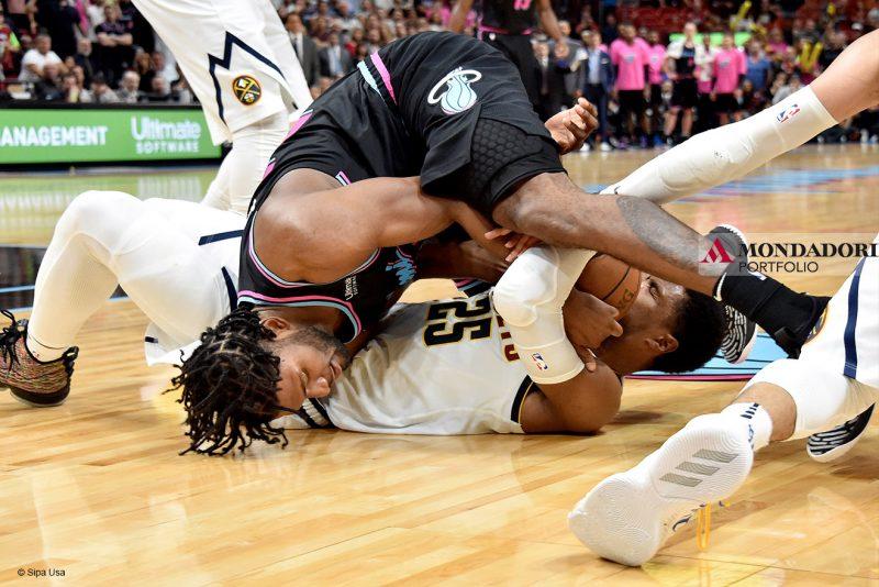 L'attaccante del Miami Heat Justise Winslow e Malik Beasley, guardia dei Denver Nuggets, lottano per un pallone vagante all'American Airlines Arena.
