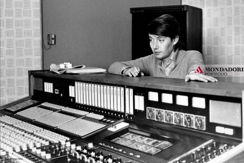 """Faber in uno studio di registrazione nel 1974, anno di uscita di """"Canzoni"""", settimo album in studio del cantautore genovese."""