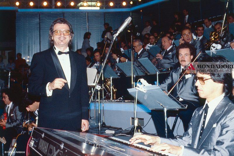 """Il direttore d'orchestra Pippo Caruso, scomparso nel 2018, è stato protagonista di numerose edizioni del Festival di Sanremo. Nel 1995 compose la famosissima sigla """"Perché Sanremo è Sanremo"""""""