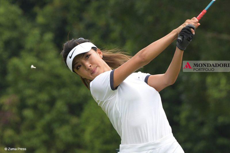La golfista cinese He Muni durante la partita del primo giorno del campionato mondiale femminile di Singapore.