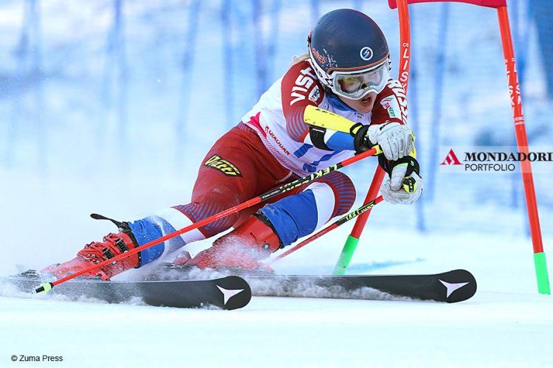 Ekaterina Tkachencko gareggia durante lo slalom gigante femminile di sci alpino a Krasnoyarsk, in Russia.
