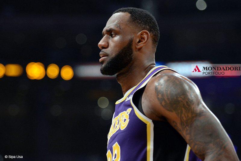 Il cestista dei Los Angeles Lakers LeBron James ha superato Michael Jordan nella classifica dei giocatori che hanno segnato più punti in carriera in NBA. James è ora al quarto posto, dietro a Kareem Abdul-Jabbar, Karl Malone e Kobe Bryant.