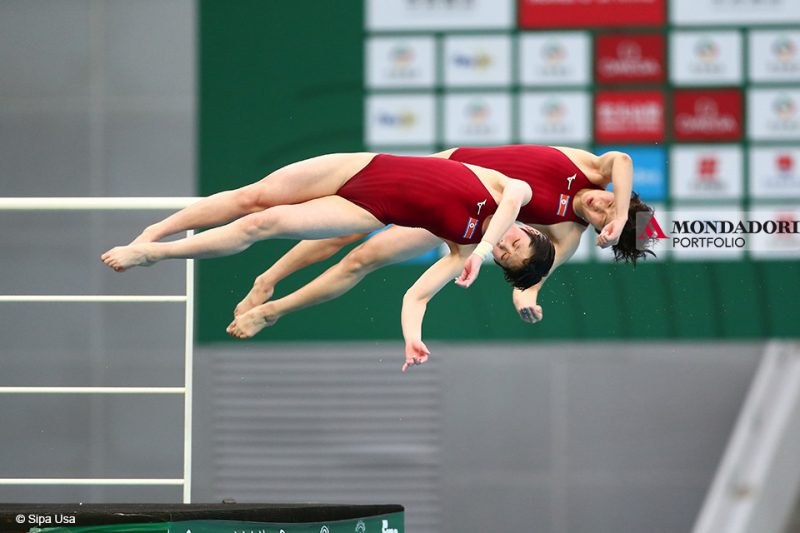 Kim A Rim e Kim Mi Rae della Repubblica Popolare Democratica di Corea gareggiano durante la Finale Synchro femminile al National Aquatics Center (Water Cube) di Pechino.