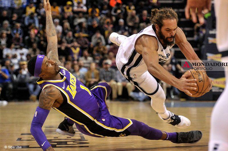 Ferrari SF90 - Durante la partita di NBA tra Memphis Grizzlies e Los Angeles Lakers Kentavious Caldwell-Popee Joakim Noah lottano per il pallone.