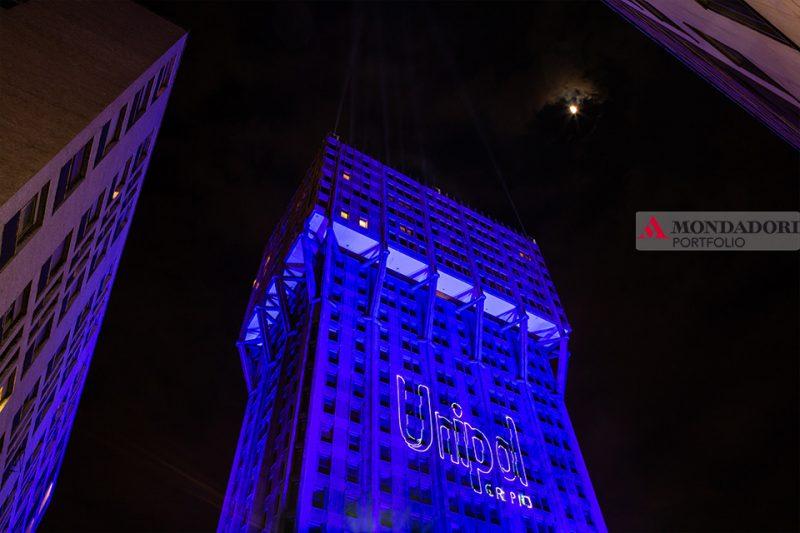 Salone del Mobile 2019 - La torre Velasca colora di blu il cielo di Milano.